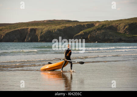 People enjoying a warm august summer's day at Whitesands bay and beach, nearThe City of St David's (Ty Ddewi in - Stock Photo