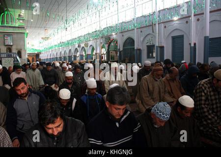 Srinagar, Kashmir. 17th Nov, 2017. Kashmiri Muslims offering friday prayer at the shrine, during The 454th urs of - Stock Photo