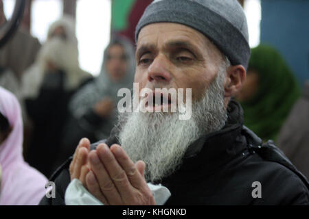 Srinagar, Kashmir. 17th Nov, 2017. A Kashmiri Muslims pray at the shrine, during The 454th urs of Hazrat Sultanul - Stock Photo