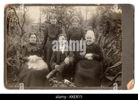 The Willatt family, 1899:  'Grandma', her daughter Alice, and Alice's children, Maud, Edith and Norris;  'Grandma' - Stock Photo