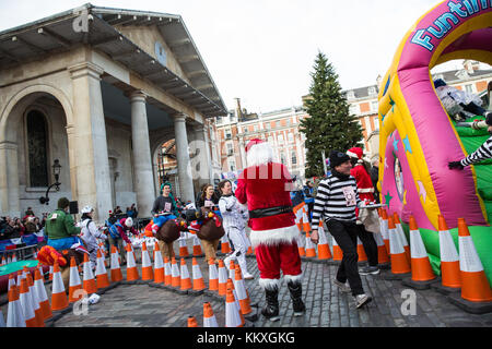 London, UK. 2nd December, 2017. Members of teams of six, each dressed in fancy dress and bearing a Christmas pudding - Stock Photo