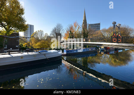 Footbridge over the Grand Union Canal, Little Venice, City of Westminster, London, on an autumn day. - Stock Photo