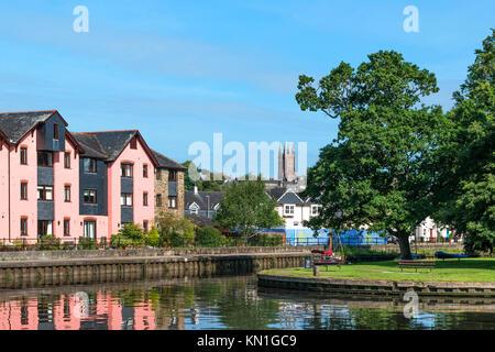 the river dart runs through the town of totnes in devon, england, britain, uk. - Stock Photo