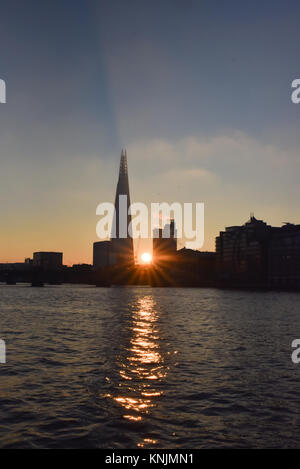 London, UK. 12th December 2017. Sunrise over London after the coldest night of the year. Credit: Matthew Chattle/Alamy - Stock Photo