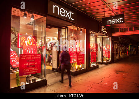 Southport, Merseyside, UK 26th November, 2017. 6am Start for Sales at Next as queues form for high street discounts - Stock Photo