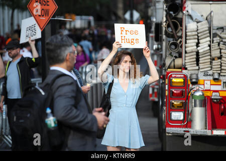 (171227) -- NEW YORK, Dec. 27, 2017 (Xinhua) -- Volunteers wait to offer hugs to comfort and encourage people near - Stock Photo