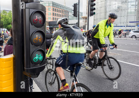 Cycle traffic lights and cyclists on North-South Cycle Superhighway / Cycle Superhighway 6, Blackfiars, City of - Stock Photo
