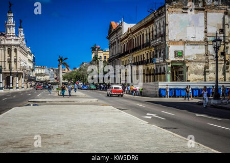 Amerikanische Oldtimer fahren auf der Hauptstraße in Havanna Kuba - Serie Kuba 2016 Reportage - Stock Photo