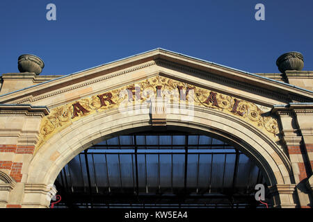 An elaborate archway at the entrance to the late-Victorian London Road railway station, Leicester. - Stock Photo