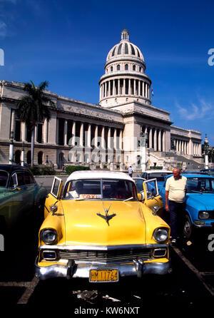 Oldtimer in front of Capitolio, Havanna, Cuba - Stock Photo