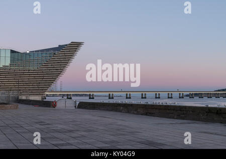 The ship's prow shape of the V&A design museum overlooks the river Tay, Dundee waterfront, Scotland, UK. - Stock Photo