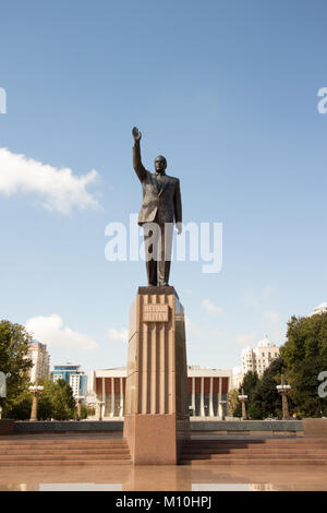 Brass statue of the Azerbaijani President Heydar Aliyev, this statue is located in the Heydar Aliyev Square opposite - Stock Photo