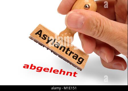Asylantrag abgelehnt - markiert auf Holzstempel - Stock Photo