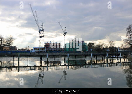 Teddington, London, UK. 6th Feb, 2018. UK Weather. Construction of new housing development on the old Thames Studio - Stock Photo