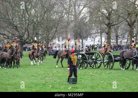 London, UK. 6th Feb, 2018. A 41-gun salute by the Kings Troop Royal Horse Artillery is fired in Green Park London, - Stock Photo