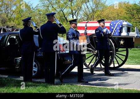 Airman 1st Class Josh Busch (center) carries an urn containing the remains of Tech. Sgt. Allen J. Avery. Senior - Stock Photo