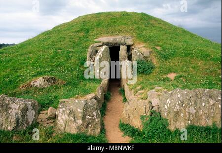 Bryn Celli Ddu prehistoric Bronze Age passage grave tomb on island of Anglesey, north Wales. Entrance seen from - Stock Photo