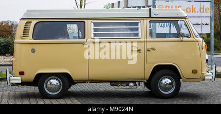 VW Bus T2 Westfalia Berlin Bulli mit originalen 993 Meilen auf dem Tacho. Bulli stand 37 Jahre in der Garage. - Stock Photo