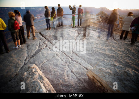 People taking photographs in the early morning light, Grand Canyon National Park, Arizona. - Stock Photo