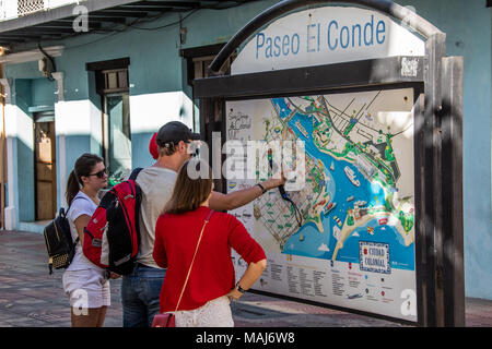 Tourists looking at a map in the Colonial Zone, Santo Domingo, Domnican Republic - Stock Photo
