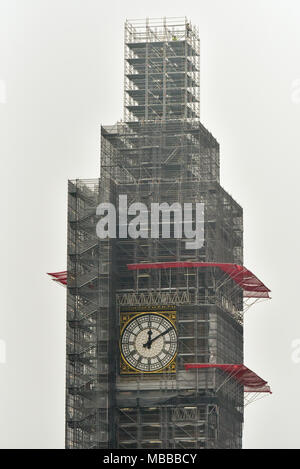 Elizabeth Tower, London, UK. 10th April 2018. Conservation works on the Houses of Parliament with the scaffolding now above the top of the Elizabeth Tower. Credit: Matthew Chattle/Alamy Live News - Stock Photo