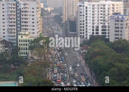 Dhaka, Bangladesh. Traffic jam seen in Dhaka, Bangladesh on April 19, 2018. Data indicate, last 10 years in Dhaka, average traffic speed has dropped from 21 km/hour to 7 km/hour, only slightly above the average walking speed. Congestion in Dhaka eats up 3.2 million working hours per day. © Rehman Asad/Alamy Stock Photo - Stock Photo