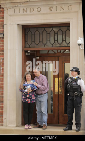 London, UK. 23rd April, 2018. Proud parents of a newborn baby boy face the worlds media as they leave the Lindo Wing on the same day as the Duchess of Cambridge delivered a baby boy. Credit: amanda rose/Alamy Live News - Stock Photo
