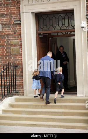 London, UK. 23rd April, 2018. HRH Prince William, The Duke of Cambridge returns to the Lindo Wing with Princess Charlotte and Prince George to visit The Duchess of Cambridge and meet their new baby brother. Credit: amanda rose/Alamy Live News - Stock Photo