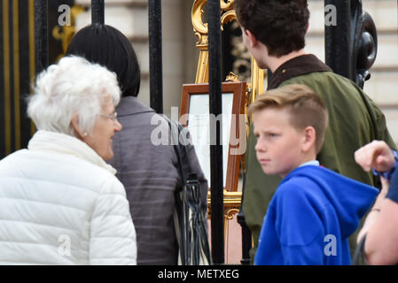 Buckingham Palace, London, UK. 23rd April 2018. Members of the public queuing to see the notice of the birth of the third child to The Duchess of Cambridge and Prince William. Credit: Matthew Chattle/Alamy Live News - Stock Photo