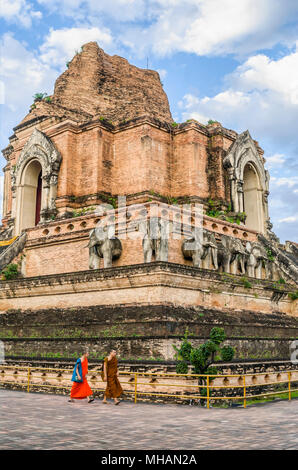 Buddhist monks in front of the ancient Stupa of Wat Chedi Luang, Chiang Mai, Northern Thailand | Buddhistische Mönche vor der Stupa im Wat Chedi Luang - Stock Photo