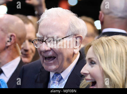 Omaha, USA. 5th May, 2018. U.S. billionaire investor Warren Buffett (C), chairman and CEO of Berkshire Hathaway, visits an exhibition on his invested companies before the Berkshire Hathaway's annual shareholders meeting in Omaha, Nebraska, the United States, on May 5, 2018. Berkshire Hathaway held its 2018 shareholders meeting on Saturday, attended by tens of thousands of people from all over the world. Credit: Wang Ying/Xinhua/Alamy Live News - Stock Photo