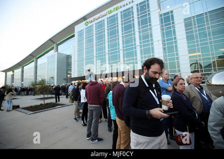 Omaha, USA. 5th May, 2018. Participants queue to enter the venue for the Berkshire Hathaway's annual shareholders meeting in Omaha, Nebraska, the United States, on May 5, 2018. Berkshire Hathaway held its 2018 shareholders meeting on Saturday, attended by tens of thousands of people from all over the world. Credit: Wang Ying/Xinhua/Alamy Live News - Stock Photo