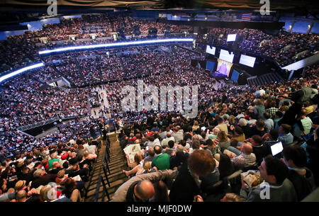 Omaha, USA. 5th May, 2018. Participants wait for the start of the Berkshire Hathaway's annual shareholders meeting in Omaha, Nebraska, the United States, on May 5, 2018. Berkshire Hathaway held its 2018 shareholders meeting on Saturday, attended by tens of thousands of people from all over the world. Credit: Wang Ying/Xinhua/Alamy Live News - Stock Photo