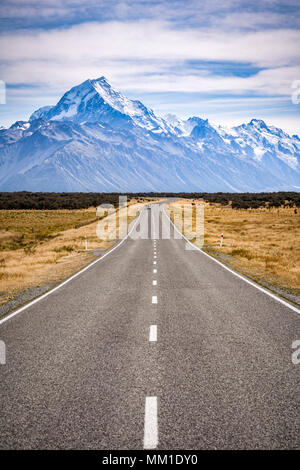 The road approaching Aoraki Mount Cook National Park, New Zealand. - Stock Photo