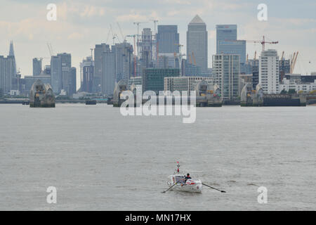 London, UK, 13th May 2018 Andy Hodgson in his rowing boat heading down the River Thames from London at the start of his solo attempt to circumnavigate the British Isles by man power alone in a Rannoch R15 Off shore rowing boat called Spirit of Ahab  –. Credit: A Christy/Alamy Live News. - Stock Photo