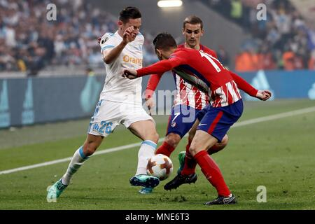 Lyon, Francia. 16th May, 2018. Lyon, France. 16th May, 2018. Atletico Madrid's Antoine Griezmann (C) vies for the ball with Olympique Marseille's Florian Thauvin (L) during the UEFA Europa League final between Olympique Marseille and Atletico Madrid at the Parc Olympique Lyonnais stadium in Lyon, France, 16 May 2018. Credit: EFE News Agency/Alamy Live News - Stock Photo