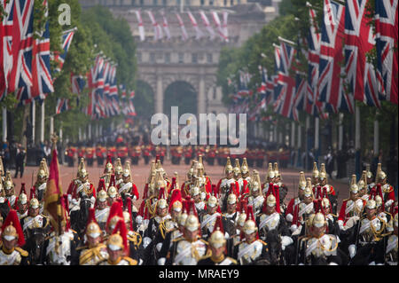 The Mall, London, UK. 26 May, 2018. Major General's Review is held in sweltering heat, the penultimate rehearsal for the Queen's Birthday Parade, also known as Trooping the Colour. 1400 soldiers from the Household Division and the King's Troop Royal Horse Artillery take part in this full scale rehearsal. A sea of gold Household Cavalry helmets as the military procession makes its way along The Mall after the parade in Horse Guards. Foot Guards in the distance are seen through a heat haze. Credit: Malcolm Park/Alamy Live News. - Stock Photo