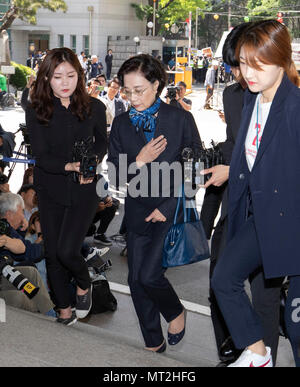 Seoul, South Korea. 28th May, 2018. Lee Myung-hee, spouse of Hanjin Group Chairman Cho Yang-ho, arrives at the Seoul Metropolitan Policy Agency for questioning in Seoul, South Korea, on May 28, 2018. The wife of South Korea's flagship air carrier Korean Air Lines' chief was questioned by police Monday over assault charges. Credit: Lee Sang-ho/Xinhua/Alamy Live News - Stock Photo