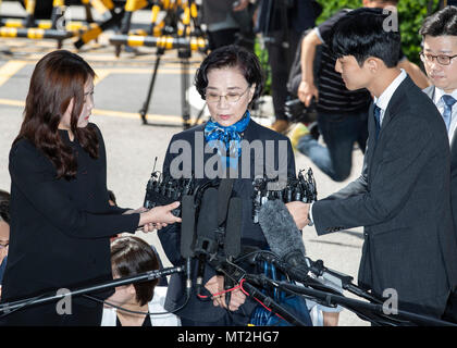 Seoul, South Korea. 28th May, 2018. Lee Myung-hee, spouse of Hanjin Group Chairman Cho Yang-ho, speaks to media as she arrives at the Seoul Metropolitan Policy Agency for questioning in Seoul, South Korea, on May 28, 2018. The wife of South Korea's flagship air carrier Korean Air Lines' chief was questioned by police Monday over assault charges. Credit: Lee Sang-ho/Xinhua/Alamy Live News - Stock Photo