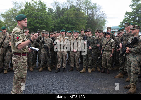 British army Staff Sgt. Nigel W. Oakley, non-commissioned officer in charge of exercise Red Dagger with 131 Commando Squadron Royal Engineers, British army, speaks to the Marines with 6th Engineer Support Battalion, 4th Marine Logistics Group, Marine Forces Reserve, and the British commandos with 131 Commando Squadron RE, British army, at a formation held during exercise Red Dagger at Fort Indiantown Gap, Pa., May 14, 2018. Exercise Red Dagger is a bilateral training exercise that gives Marines an opportunity to exchange tactics, techniques and procedures as well as build working relationships - Stock Photo