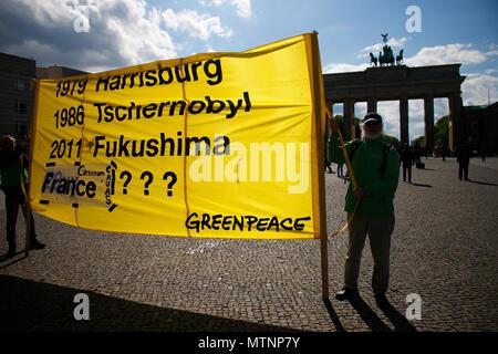 Protestaktion gegen die zivile Nuztung der Atomkraft von Greenpeace vor dem Brandenburger Tor, Mai 2018, Berlin. - Stock Photo