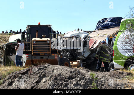 Texcoco-Calpulapan highway, Mexico. 2nd Jun, 2018. General view of the accident at kilometer 32 of the Texcoco-Calpulapan highway, Mexico, on 2 June 2018. Eight people were killed and another thirteen were injured when a passenger bus and a truck transporting construction materials hit a highway in the State of Mexico, local media reported. EFE/STR Credit: EFE News Agency/Alamy Live News - Stock Photo