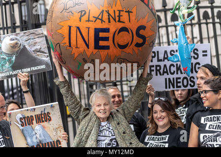 London, UK.  5th June 2018, Vivienne Westwood in anti fracking protest at Downing Street Credit Ian Davidson/Alamy Live News - Stock Photo