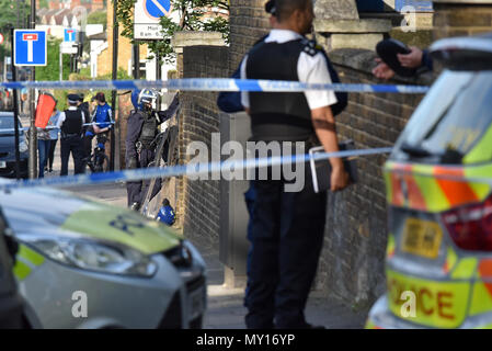 Green Lanes, London, UK. 5th June 2018. Police attend on Green Lanes in Haringey, a man was seen to be brandishing a knife , no one was hurt and an arrest was made. Credit: Matthew Chattle/Alamy Live News - Stock Photo