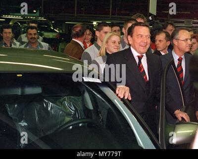 German Chancellor Gerhard Schroeder (C) and Premier of Hesse Hans Eichel (R) visit the Opel plant in Ruesselsheim, Germany, on 15 January 1999. | usage worldwide - Stock Photo