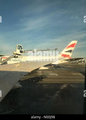 Heathrow Airport, London, UK. 12th December, 2017. UK Weather. Planes at London Heathrow Airport are de-iced after - Stock Photo
