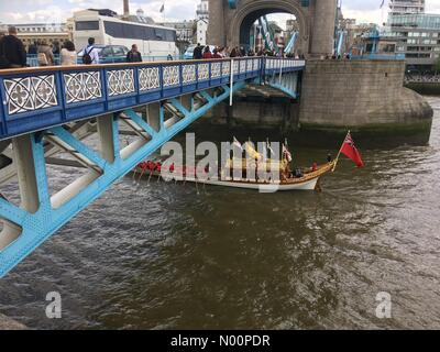 Tower Bridge, London, UK. 13th May, 2018. The Tudor Pull 2018 Credit: Susannah Jayes/StockimoNews/Alamy Live News - Stock Photo