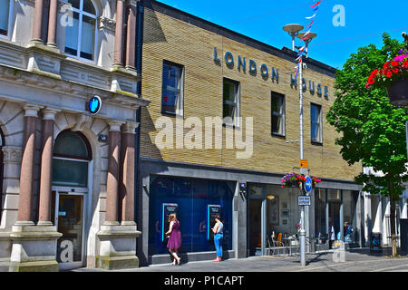 The newly refurbished London House building in the town centre of Bridgend.Part as bank and part as the popular local café-'Aroma'. - Stock Photo