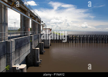 Stuart, Florida, USA. 12th June, 2018. Water from Lake Okeechobee at the Port Mayaca locks appears to show no signs of algae on June 12, 2018. Discharges through the locks travel down the St. Lucie Canal into the St. Lucie River. Credit: Allen Eyestone/The Palm Beach Post/ZUMA Wire/Alamy Live News - Stock Photo