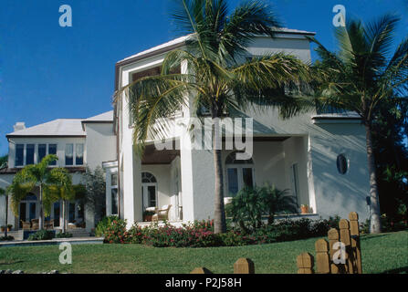 Palm trees in front of modern villa in Florida - Stock Photo